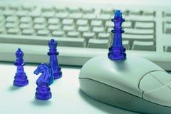 Pedazos y ordenador de ajedrez fotografía de archivo libre de regalías