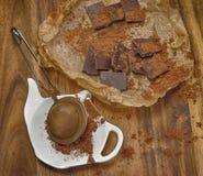 Pedazos y stainer del chocolate con el polvo de cacao Imagen de archivo libre de regalías