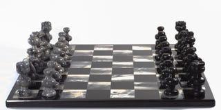 Pedazos y tarjeta de ajedrez Foto de archivo libre de regalías