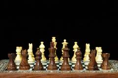 Pedazos y tarjeta de ajedrez en negro Fotografía de archivo