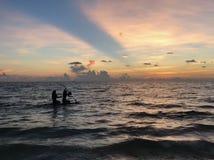 Peddel die bij zonsondergang inschepen stock afbeeldingen