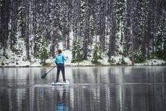 Peddel die op een meer in de winter inschepen royalty-vrije stock afbeeldingen