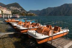 Peddelboten op meer dat Lugano worden vastgelegd royalty-vrije stock fotografie