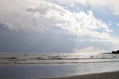 peddelpensionair bij Japans strand royalty-vrije stock afbeelding