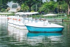 Peddels die in het meer worden geparkeerd royalty-vrije stock foto