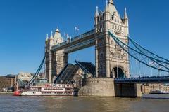 Peddelstoomboot en Torenbrug Stock Afbeelding