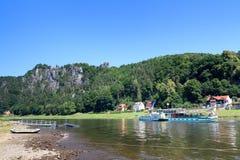 Peddelstoomboot Kurort Rathen op Elbe Rivier en rotsvorming Bastei in Rathen, Saksisch Zwitserland Royalty-vrije Stock Afbeeldingen