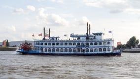 Peddelstoomboot op de rivier stock foto