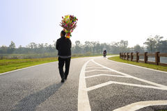 Peddler sprzedawania haw wtyka wewnątrz i bawi się wzdłuż asfaltowego raod obrazy royalty free