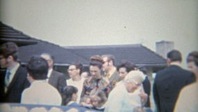 Pedernal, Michigan 1968: Novia en conseguir blanco regado en arroz después de una boda almacen de video