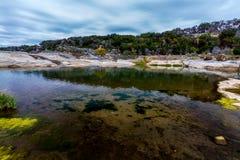 O cristal - as águas claras do rio de Pedernales caem, Texas. imagens de stock
