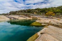Les eaux de vert bleu et feuillage d'automne de parc d'état de Pedernales, le Texas. Image stock