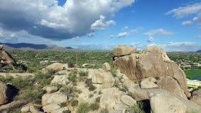 Pedestal aéreo de los cantos rodados de Arizona abajo almacen de video