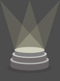 Pedestal redondo en un fondo oscuro, iluminado por los reflectores Imagenes de archivo