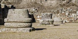 Pedestales romanos de las columnas de las ruinas Foto de archivo