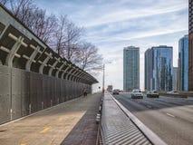 Pedestrains和汽车,湖边平地步行跨线桥在芝加哥 大街在芝加哥,街道在伊利诺伊 图库摄影