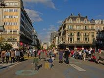 Pedestrains in Anspach-steeg, Brussel op een zonnige dag stock foto's