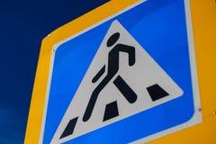 Pedestre de advert?ncia azul do sinal da faixa de travessia Homem imagem de stock
