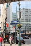 Pedestres e tráfego em Manhattan do centro ocupado Fotos de Stock Royalty Free