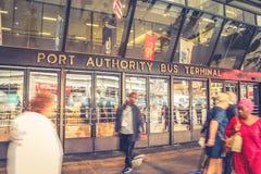 Pedestres fora do terminal de ônibus ocupado da autoridade portuária foto de stock