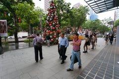 Pedestres na estrada do pomar da rua em Singapura Fotografia de Stock