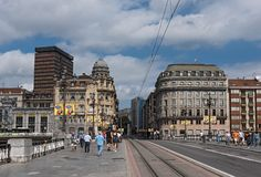 Pedestres na ponte do ayuntamiento, Bilbao, Espanha fotografia de stock royalty free