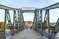Pedestres na ponte Eiserner Steg em Francoforte - am - cano principal Imagem de Stock Royalty Free