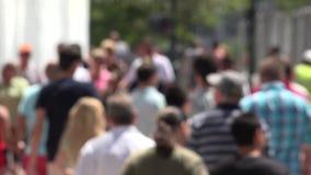 Pedestres, negócios locais de passeio e de compra dos povos video estoque