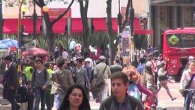 Pedestres, negócios locais de passeio e de compra dos povos vídeos de arquivo