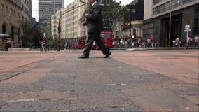 Pedestres, negócios locais de passeio e de compra dos povos filme