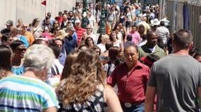 Pedestres no passeio urbano fotografia de stock