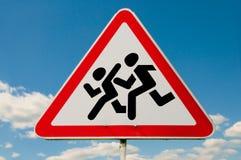 Pedestres no sinal de estrada ilustração do vetor