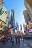 Pedestres no Times Square na 7os avenida e Broadway Fotografia de Stock
