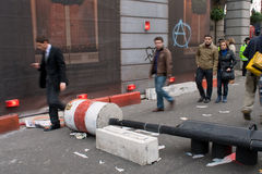 Pedestres que andam após dano do motim fora de Ritz imagens de stock royalty free