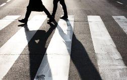 Pedestres que cruzam a rua Fotografia de Stock Royalty Free