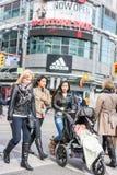 Pedestres que cruzam uma interseção ocupada Imagem de Stock