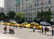 Pedestres, turistas, e táxis na 5a avenida, New York City, NYC, NY, EUA Imagens de Stock