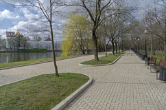 Pedestrian alley on the banks of the pond Royalty Free Stock Photos
