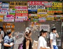 Pedestrians chodzi przed pustymi sklepami dla obraz royalty free
