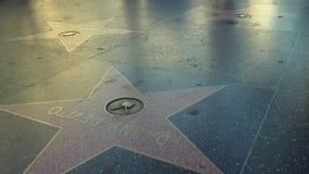 Pedestrians Chodzi Wzdłuż Hollywood spaceru sława Blisko Danny DeVito gwiazdy zdjęcie wideo