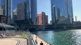 Pedestrians cieszą się lato klimaty wzdłuż riverwalk, przejścia Chicagowskich Rzecznych/ zbiory