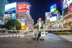 Pedestrians crosswalk przy Shibuya okręgiem w Tokio, Japonia Zdjęcia Stock