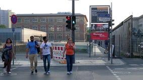 Pedestrians czekają sygnał z zielonym małym odprowadzenie mężczyzna wskazywaniem że ja jest bezpieczny krzyżować drogę zbiory wideo