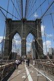 Pedestrians i bicyclists krzyżuje most brooklyńskiego Zdjęcie Royalty Free