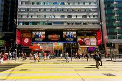 Pedestrians krzyżują drogi past Chungking dworów sławny budować Zdjęcie Stock