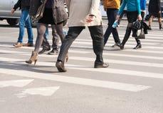 Pedestrians krzyżują ulicę Fotografia Stock