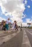 Pedestrians krzyżuje drogę Fotografia Stock