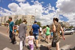 Pedestrians krzyżuje drogę Zdjęcia Royalty Free