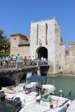 Pedestrians na brigde wchodzić do Sirmione, Włochy Obraz Royalty Free