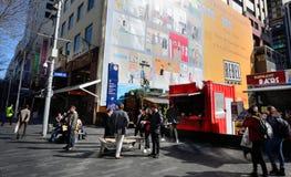 Pedestrians na Elliott ulicie w Auckland CBD Obraz Stock